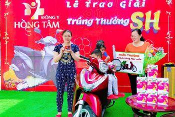 Khách hàng may mắn dùng sản phẩm Đông Y Hồng Tâm trúng thưởng xe máy Honda SH